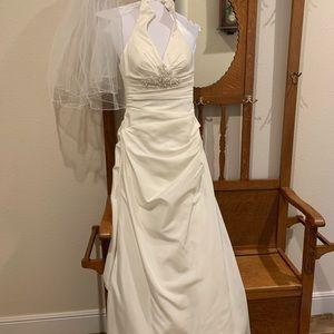 Stunning Wedding dress and veil! Size 4 Petite.
